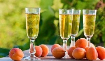 Келихи з абрикосовим вином і абрикоси