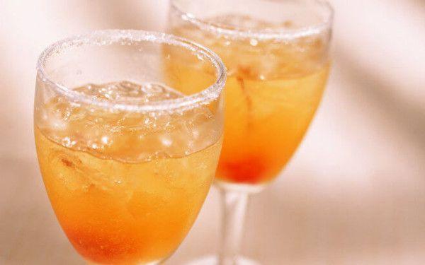 Фужери з вином з абрикоса