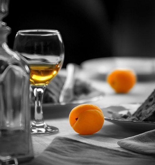 Келих і абрикос и на столі