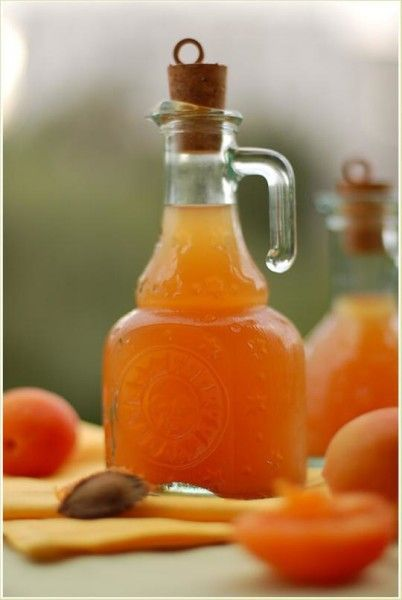 Графин з абрикосовим вином