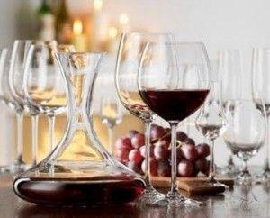 червоне вино в графині і келиху