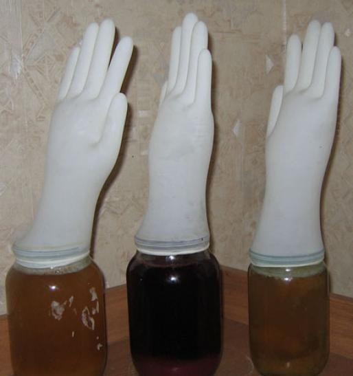 бродіння вина під медичної рукавичкою