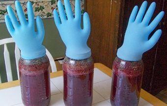 фото бродіння вина з варення під рукавичкою