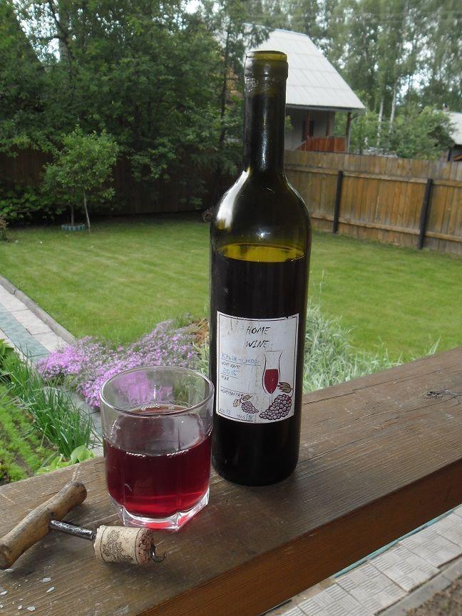 фото готового вина з полуничного варьня