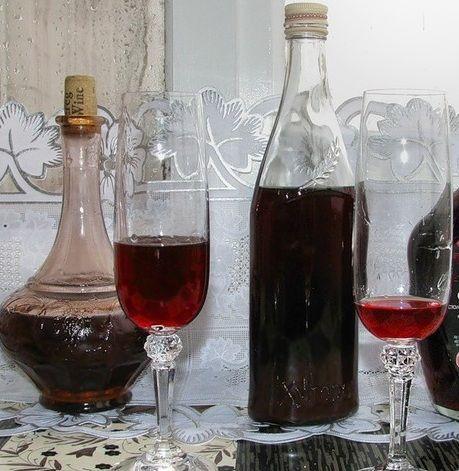 готове саморобний вино з жимолості після витримки