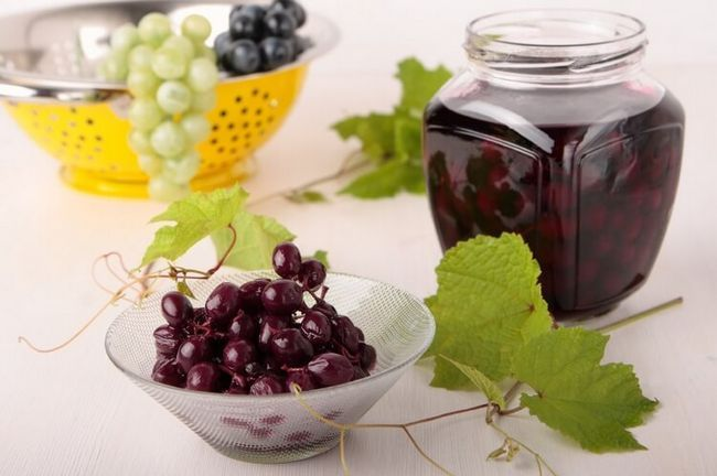 Домашня виноградна наливка з червоного винограду на горілці.