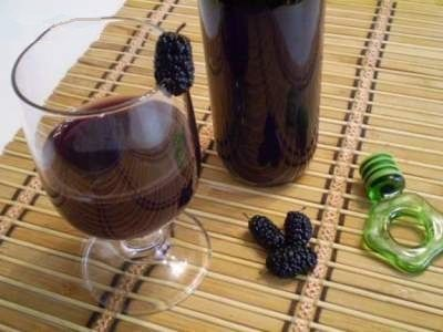 Вино і шовковиця на столі