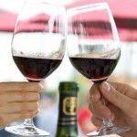 Як правильно тримати келих з вином та іншими напоями
