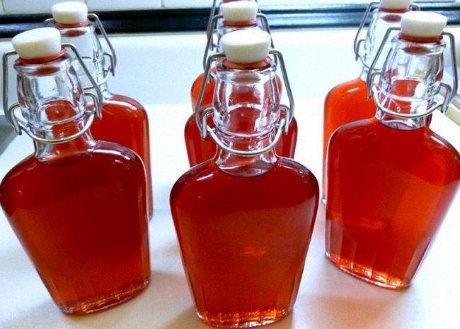 Домашнє вино з червоної смородини перелити в пляшки