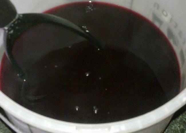 Вино з ягід чорної смородини процідити