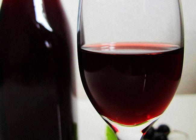 Натуральне вино з чорної смородини