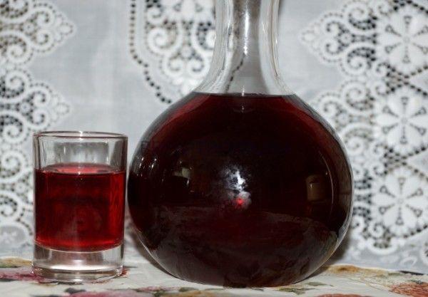 Графин і стакан з черешневою настоянкою