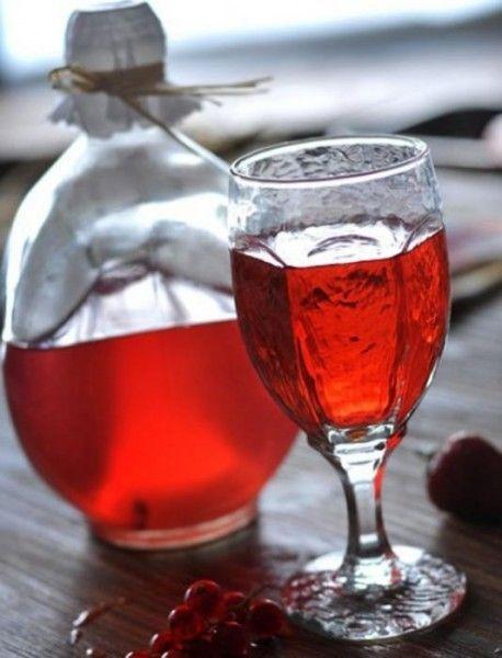 Графин і келих з журавлинним напоєм