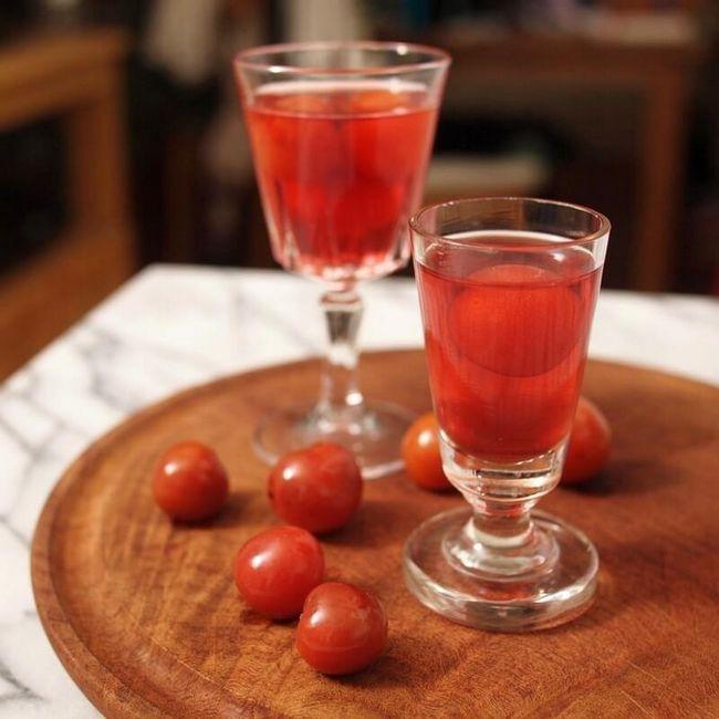 Готова вишнева настоянка домашнього приготування
