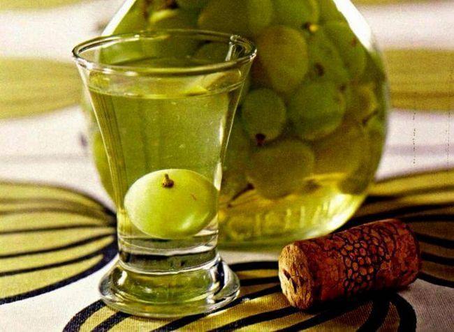Біла виноградна настоянка на горілці з прянощами