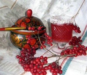 ягоди і напій з калини