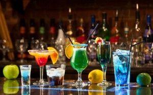 Пристосування для змішування алкогольних напоїв і келихи для коктейлів
