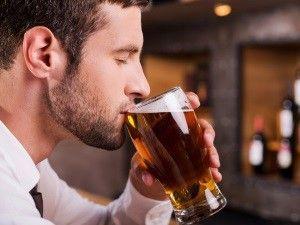 Чоловік п`є пиво