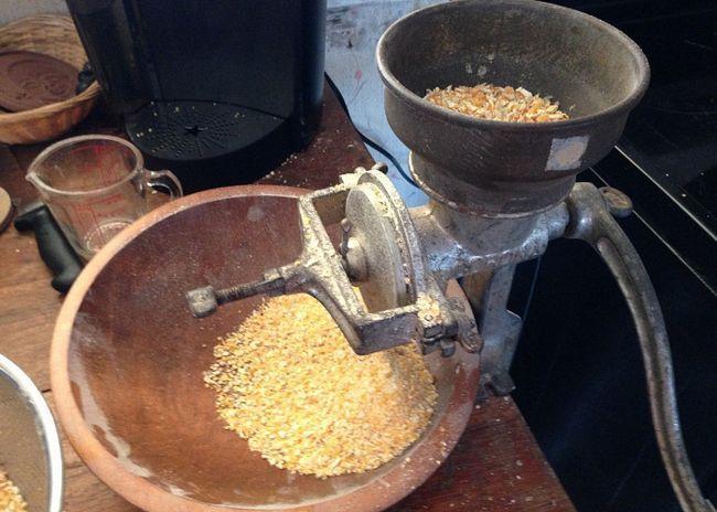 Кукурудзяні зерна подрібнити на м`ясорубці