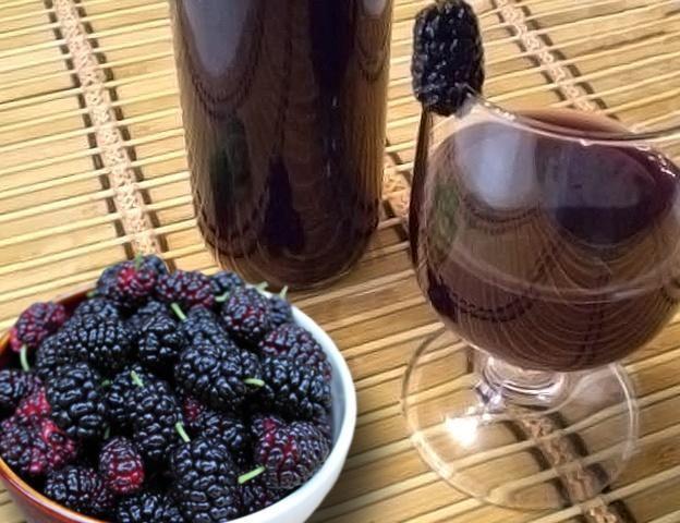 фото саморобного вина з шовковиці