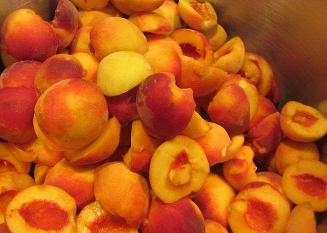 Персики моєму очищаємо від кісточок
