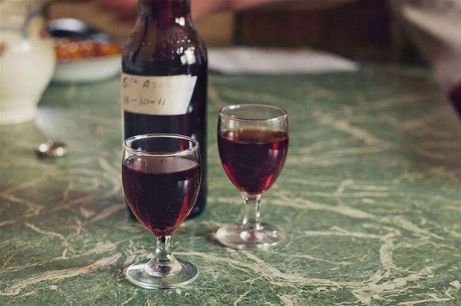 Насичене шовковичне вино з додаванням кориці і м`яти.