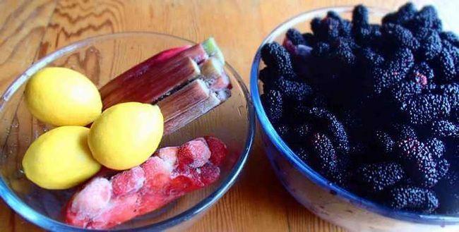 Ягоди чорної шовковиці, лимони, заморожений ревінь і полуниця.