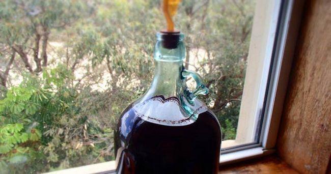 Вино з шовковиці під гідрозатворів після першого переливу.